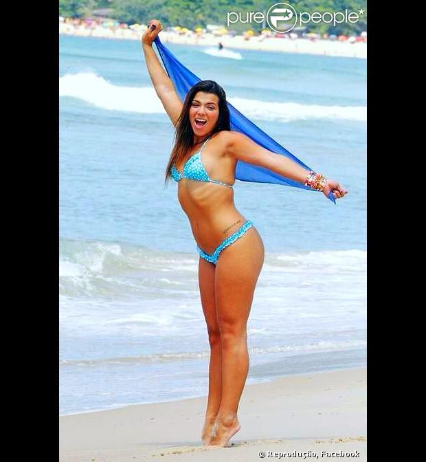 Petra Mattar, filha caçula de Maurício Mattar, mostra que está com tudo em cima ao posar de microbiquíni na praia