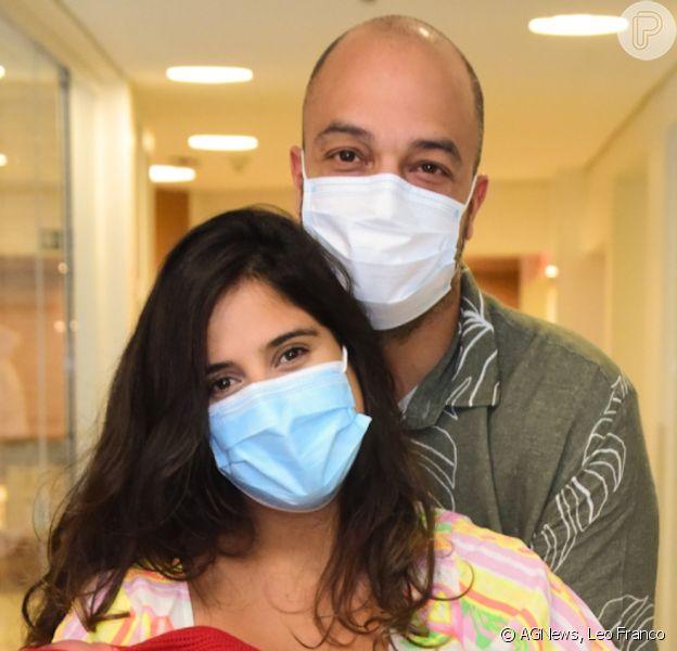 Camilla Camargo ganhou carinho do marido, Leonardo Lessa, ao deixar hospital com a filha, Julia, 24 horas após o parto em 18 de março de 2021