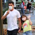 Filha de Cauã Reymond, Sofia usou looks estilosos no passeio com o ator