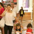 Sempre que pode, Bianca Rinaldi leva as gêmeas para passear