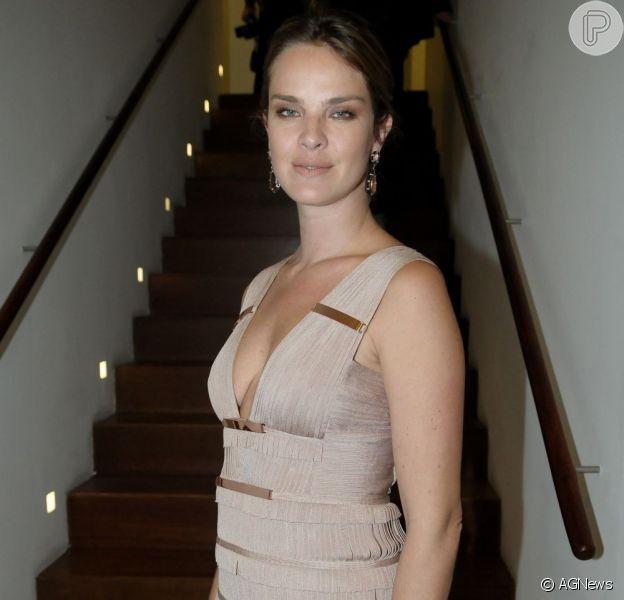 Após estrear no teatro, Letícia Birkheuer revelou ao Purepeople desejo de posar nua novamente