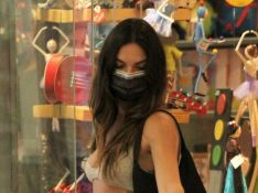 Isis Valverde faz compras e atende fã em passeio com o marido e o filho em shopping. Fotos!
