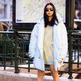 Suéter como vestido e o casaco puffer oversized fica fashion com botas de salto