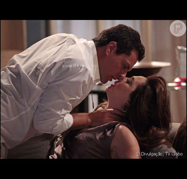 Lívia (Claudia Raia) vai até o quarto de Théo (Rodrigo Lombardi) e se declara no capítulo desta quinta-feira, 21 de março de 2013, em 'Salve Jorge': 'Eu estou apaixonada por você, louca por você'