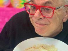 Walcy Carrasco critica 'permuta' na web, Nicole Bahls rebate e autor surge comendo arroz e ovo. Entenda!
