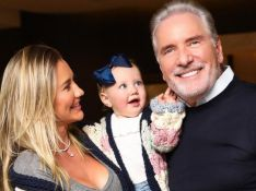 Ana Paula Siebert escolhe look de frio com boina e trench coat para filha, Vicky: 'Fofura'