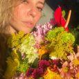 Paolla Oliveira posou com buquê de flores no Instagram