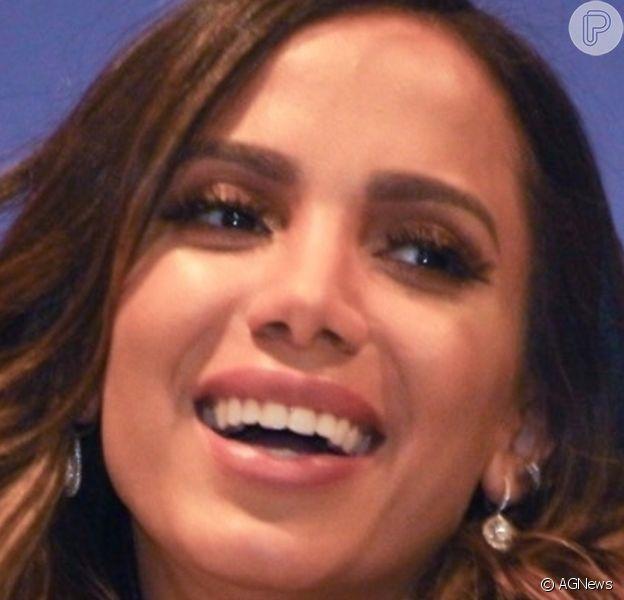 Anitta aparece com corte de cabelo ondulado em apresentação e fãs a comparam com Bruna Marquezine