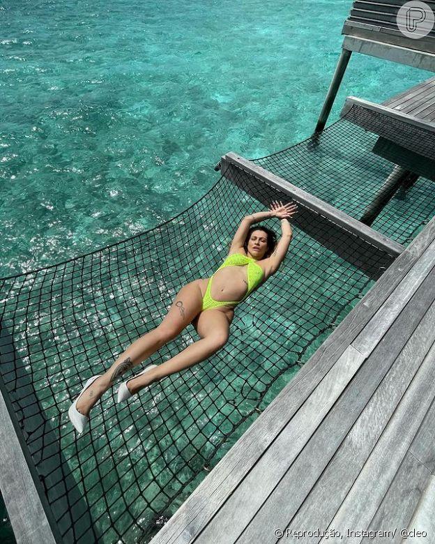 Cleo mostra seus ângulos ao posar em uma rede nas Maldivas