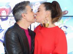 Claudia Raia beija marido, recebe filho e ganha flores de fã ao estrelar musical em SP. Fotos!