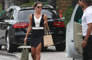 Mariana Rios usa look curtinho e bolsa Chanel durante encontro com amiga