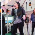 Demi Lovato canta com a perna imobilizada