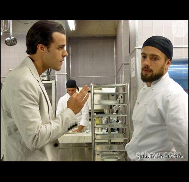 Enrico (Joaquim Lopes) confronta Vicente (Rafael Cardoso) e tenta bater no no chef, em 'Império', em dezembro de 2014