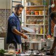 Enrico (Joaquim Lopes) está cozinhando de vez em quando no bar de Manoel (Jackson Antunes), em 'Império'