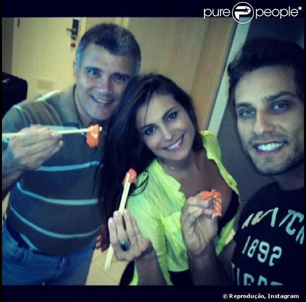 Kamilla, Elieser e o pai da paraense, Luiz Carlos, jantam juntos no Rio, em 13 de março de 2013