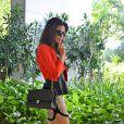 Mariana Rios posa com uma de suas bolsas da grife francesa Chanel