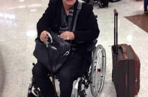 Walcyr Carrasco desembarca de cadeira de rodas em aeroporto e preocupa fãs