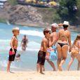 João e Francisco, filhos de Fernanda Lima e Rodrigo Hilbert, passaram a tarde na praia