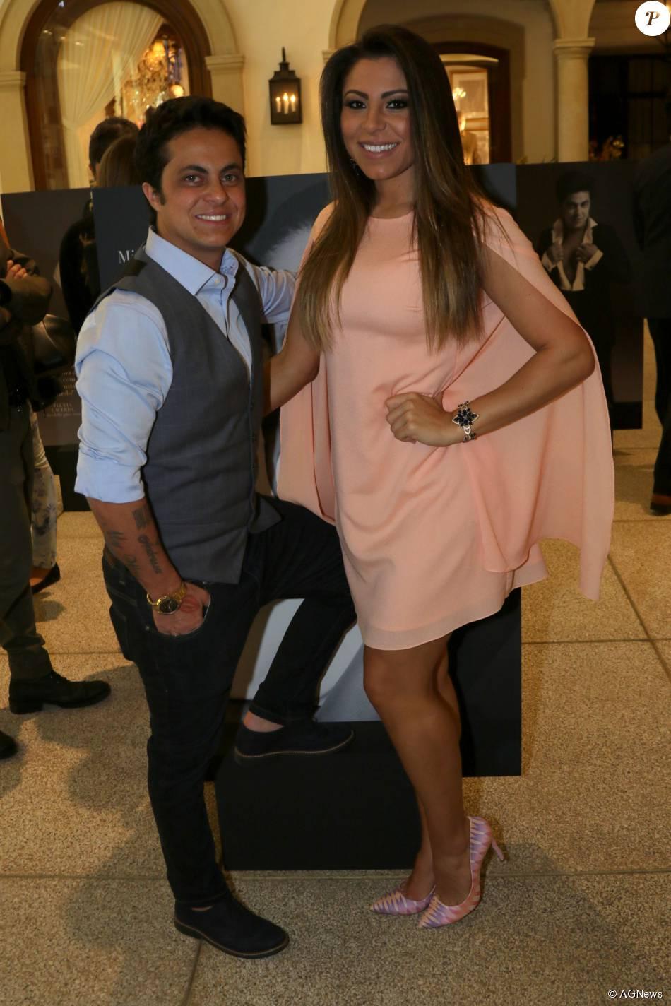 Ao lado da namorada, Andressa Ferreira, Thammy Miranda mostra todo o seu estilo após retirada dos seios (agosto de 2015)