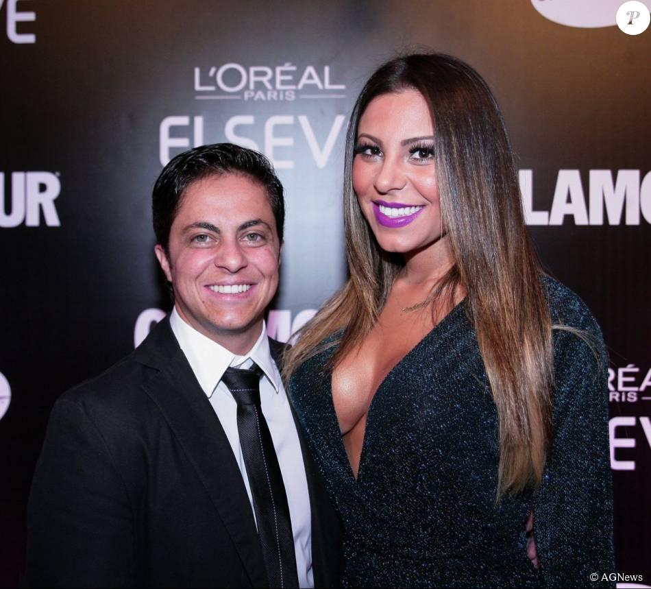Vestindo terno, Thammy Miranda posa ao lado da namorada, Andressa Ferreira, em evento ocorrido em março de 2015