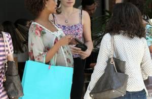 Gávida de sete meses, Taís Araújo passeia com amigas em shopping no Rio