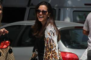 Anitta deixa pernas à mostra durante passeio com amiga no Rio
