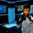 Neymar brinca de boxe em sua casa, em Barcelona, na Espanha