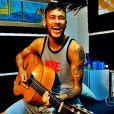 Neymar arrisca algumas notas no violão durante seus momentos de folga