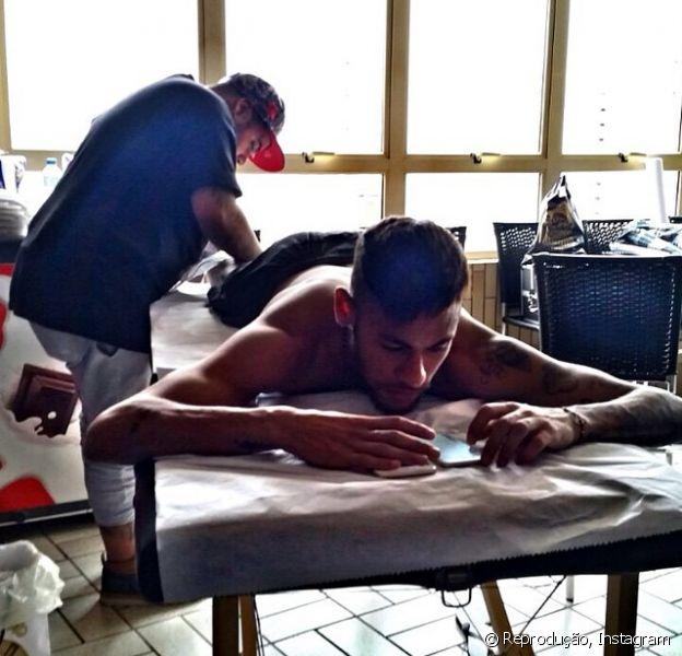 Neymar faz nova tatuagem na panturrilha no estúdio Náutica Tatoo, em Santos, no litoral de São Paulo