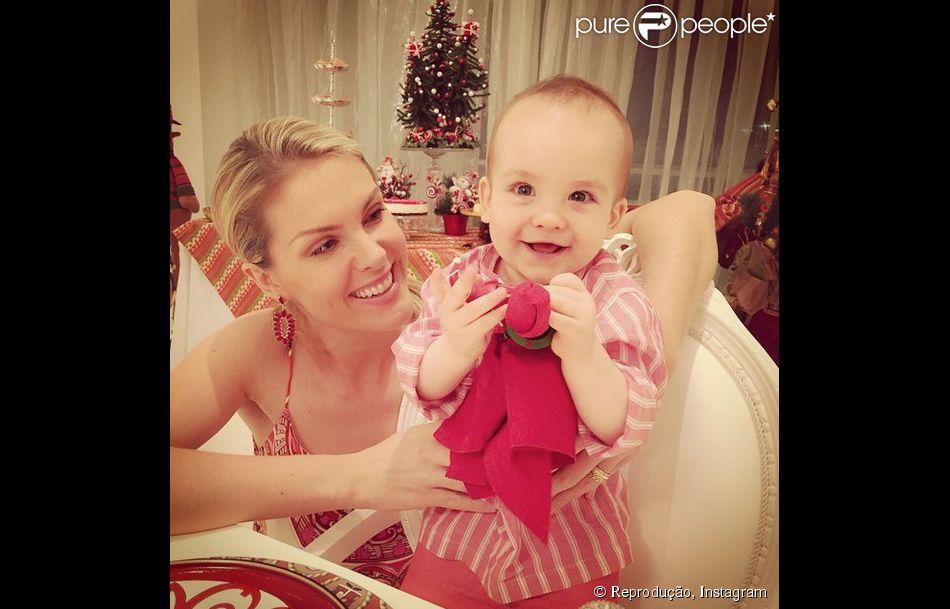 Ana Hickmann veste o filho, Alexandre Jr., de Papai Noel durante ... f1f4d006cb