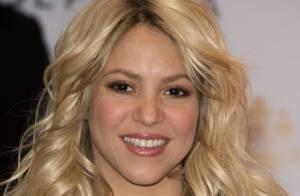 Shakira escolhe look todo preto para lançar seu perfume na França
