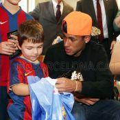 Neymar e Daniel Alves visitam crianças com câncer em hospitais de Barcelona