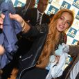 Lindsay Lohan dá camisa autografada para fã