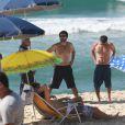 Arthur Aguiar teve a companhia de Eriberto Leão em gravação da novela 'Malhação' em praia do Rio