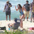 Emanuelle Araújo mostra pernas torneadas em gravação da novela 'Malhação' em praia do Rio