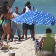Elenco grava 'Malhação' em praia do Rio