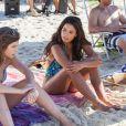 Bruna Hamu e Emanuelle Araújo gravam cenas da novela 'Malhação' em praia do Rio
