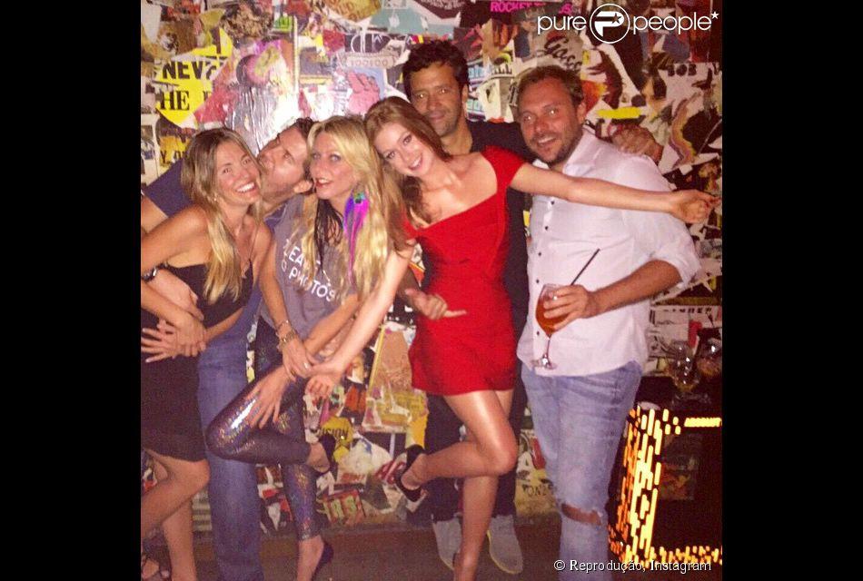 Marina Ruy Barbosa curte festa com o namorado, Caio Nabuco, e amigos