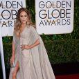 Com um vestido Zuhair Murad, Jennifer Lopez brilhou e ainda foi alvo de piada por causa de seu superdecote