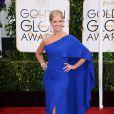 Nancy O'Dell chegou ao evento usando vestido azul klein de um ombro só super elegante