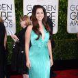 Com belo sorriso, Lana Del Rey apostou em um longo plissado de cor azul claro