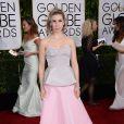 Zosia Mamet mostrou personalidade ao desfilar no red carpet com um vestido tomara que caia composto por cor acinzentada na parte de cima e rosa bebê na parte da saia