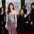 Dakota Johnson, protagonista do filme 'Cinquenta Tons de Cinza' também investiu no brilho e atravessou o tapete vermelho com um Chanel