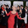 Helen Mirren também entrou para o roll de famosas que apostaram em looks de cor vermelha