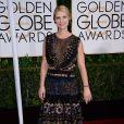 Claire Danes não economizou no decote do vestido, que contava com uma tela transparente deixando o look menos ousados