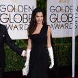 Amal Alamuddin Clooney foi alvo de comentários com a escolha do look Dior usado com luvas brancas