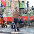 Carmo Dalla Vecchia, de 'Império', passeia em orla de praia do Rio de Janeiro, nesta terça-feira, 13 de janeiro de 2015