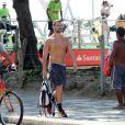 Carmo Dalla Vecchia, o vilão Maurílio de 'Império', usa fone e passeia de tênis e meias em orla de praia do Rio de Janeiro