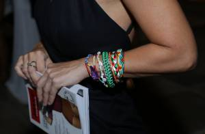 Sorridente, Carolina Dieckmann esbanja simpatia durante evento no RJ