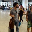 Caio Blat embarca seu filho, Bento, de 5 anos, no aeroporto Santos Dumont, no Rio